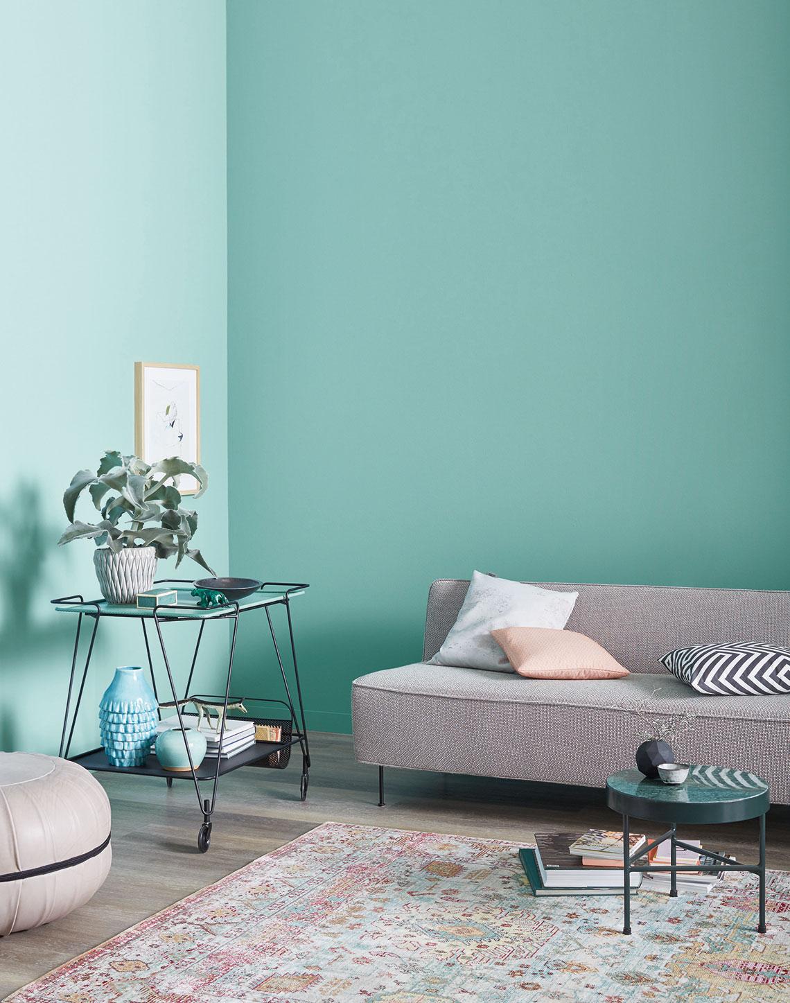 Graues Sofa Und Teewagen Vor Wand In Trendfarbe Frozen